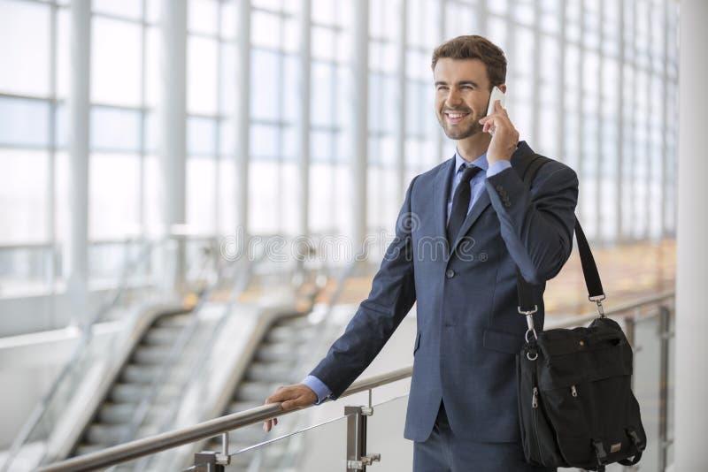 Biznesowego mężczyzna trwanie odprowadzenie opowiada na jego telefonie komórkowym zdjęcie stock