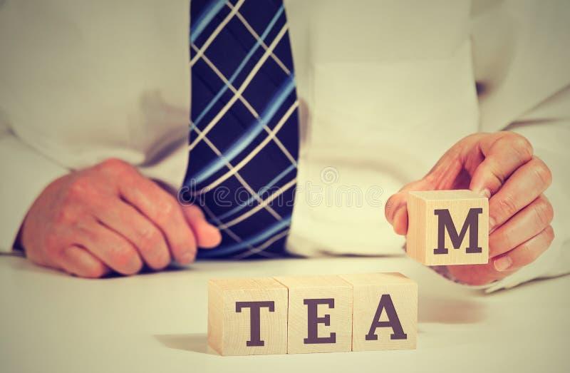 Biznesowego mężczyzna ułożenia sześciany czyta drużyny na stole Władza współpracy partnerstwa pojęcie fotografia stock