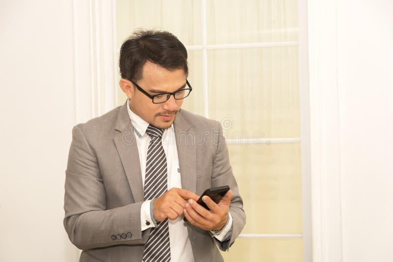Biznesowego mężczyzna use telefon zdjęcia stock