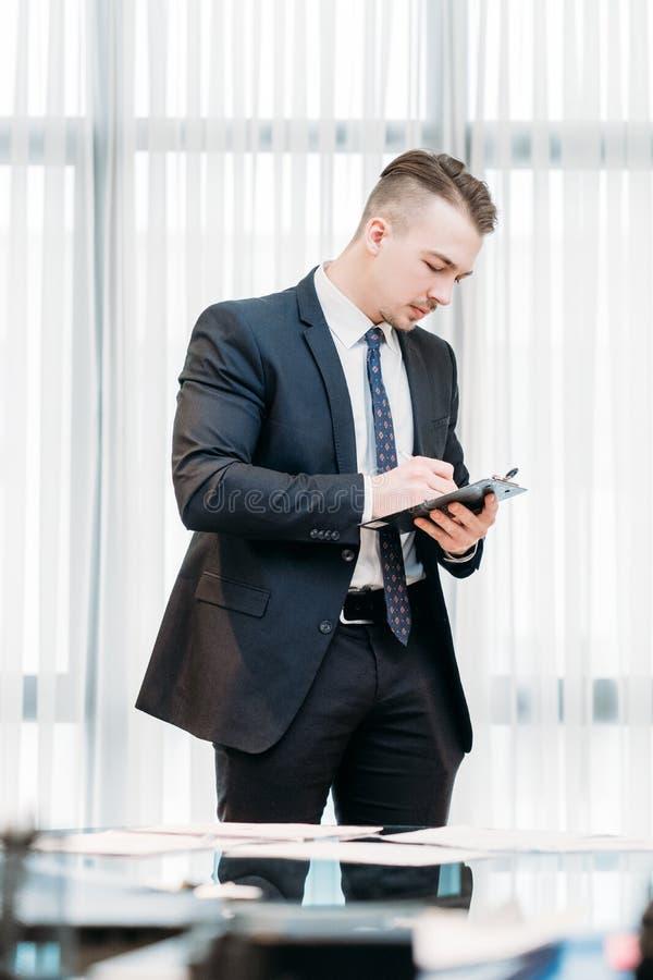 Biznesowego mężczyzna writing pracujący biurowy notepad fotografia royalty free