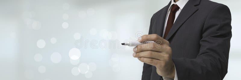 Biznesowego mężczyzna writing przeciw szerokiemu pustemu miejscu z światłami obrazy royalty free