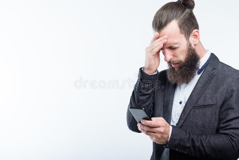 Biznesowego mężczyzny dotyka czoła migreny zmęczenie obraz royalty free