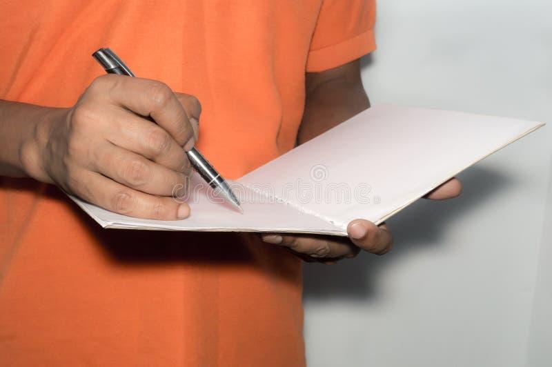 Biznesowego mężczyzny działanie z dokumentami i pozycja obraz stock