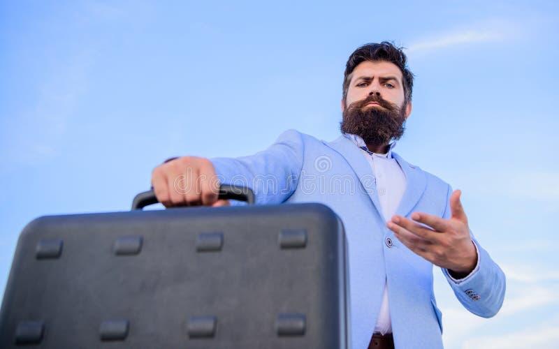 Biznesowego mężczyzny formalny kostium niesie teczki nieba tło Przedsiębiorca oferty łapówka Bezprawny dylowy biznes modniś obrazy royalty free