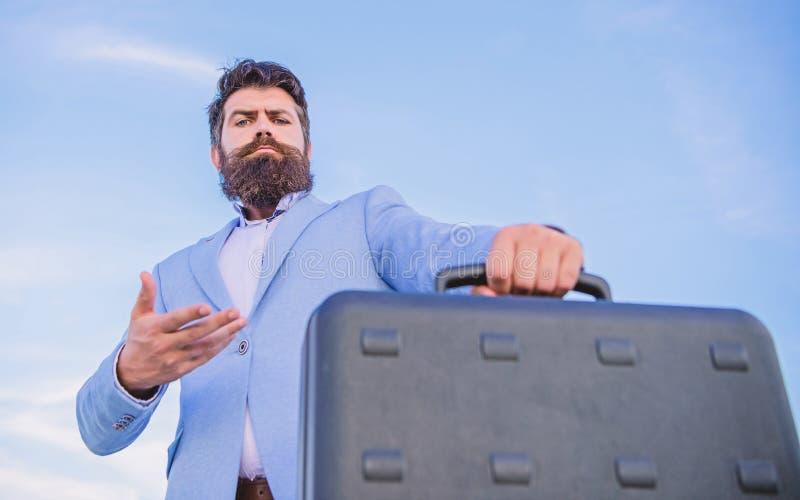 Biznesowego mężczyzny formalny kostium niesie teczki nieba tło Przedsiębiorca oferty łapówka Bezprawny dylowy biznes modniś zdjęcie royalty free