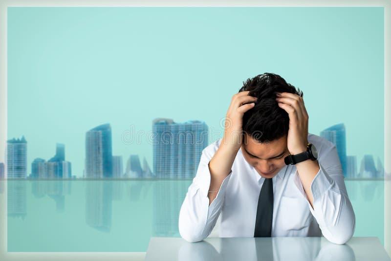 Biznesowego mężczyzny obsiadania lub cieśnina biznesowego mężczyzny obsiadania krzesła smutny Ekspresowy uczucie W szarego izbowe obraz stock