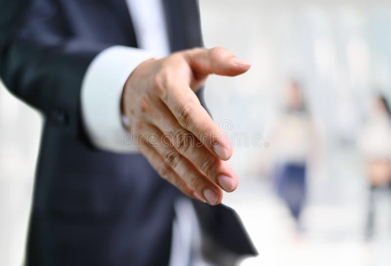 Biznesowego mężczyzny otwarta ręka gotowa pieczętować transakcję, partnera chwiania ręki zdjęcia stock