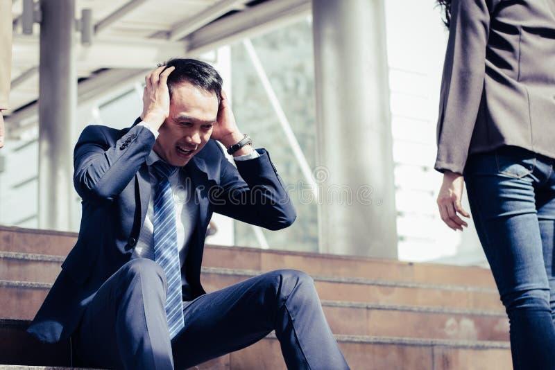 Biznesowego niepowodzenia pojęcie: biznesmena zaakcentowany obsiadanie, problem obrazy royalty free