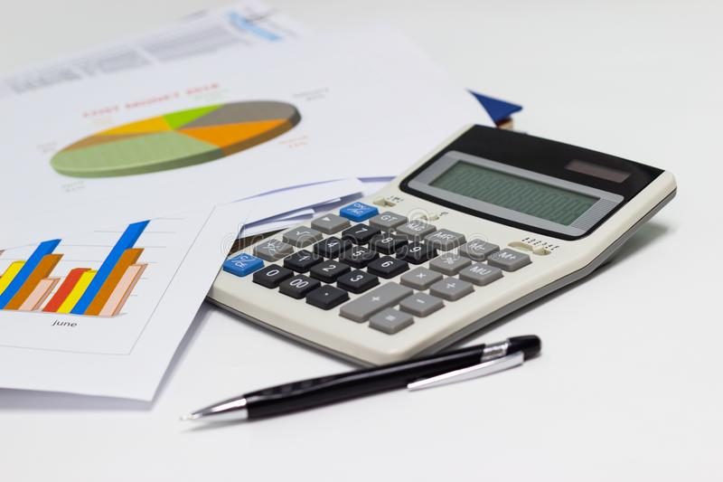 Biznesowego papieru pióro z mapami i wykresy donoszą, kalkulator na biurku pieniężny planowanie obraz royalty free