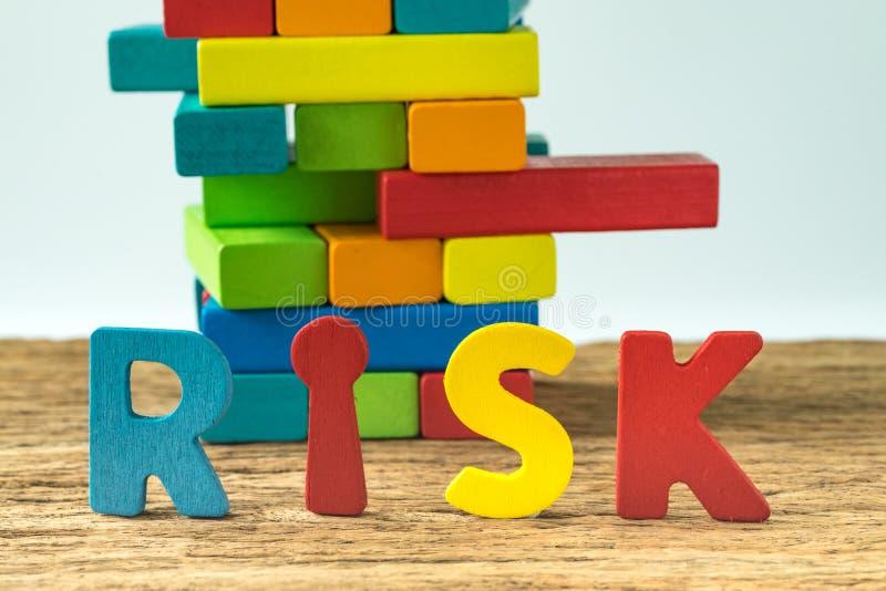 Biznesowego ryzyka pojęcie z kolorowym drewnianym abecadła ryzykiem i wo fotografia royalty free
