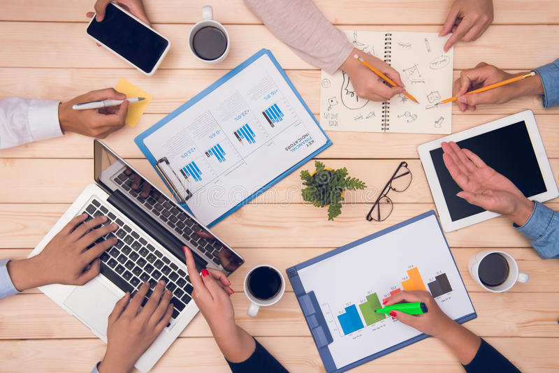 Biznesowego spotkania odgórny widok Partnery biznesowi dyskutuje projekt obrazy royalty free
