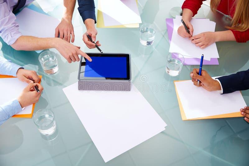 Biznesowego spotkania powietrzne ręki papier i ochraniacz obrazy stock