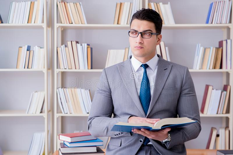Biznesowego studenta prawa pracujący studiowanie w bibliotece obraz royalty free