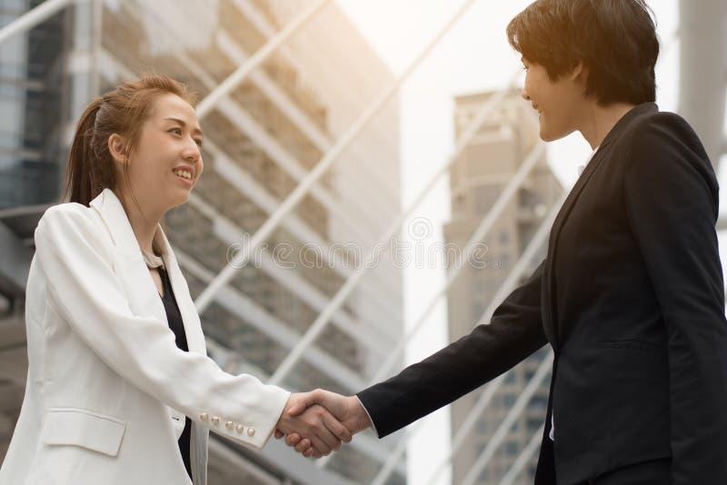 Biznesowego sukcesu pojęcie: fachowy biznesowych kobiet szczęśliwy wor zdjęcia royalty free