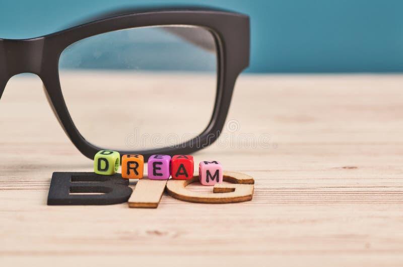 Biznesowego sukcesu pojęcie, WYMARZONY DUŻY słowo na drewnianym biurku obraz royalty free