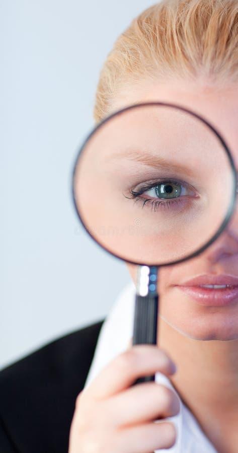 biznesowego szkła przyglądająca poważna kobieta obraz royalty free