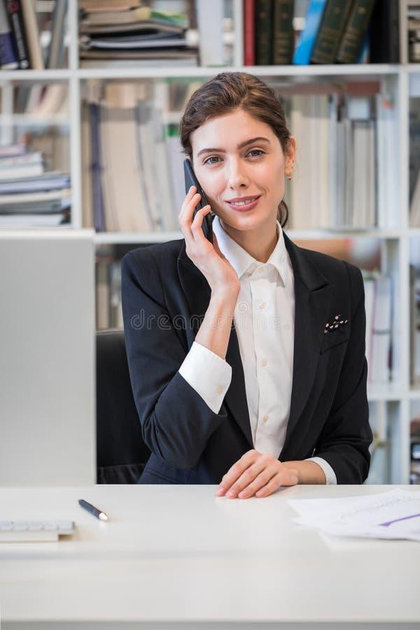 biznesowego telefonu target438_0_ kobieta zdjęcia royalty free