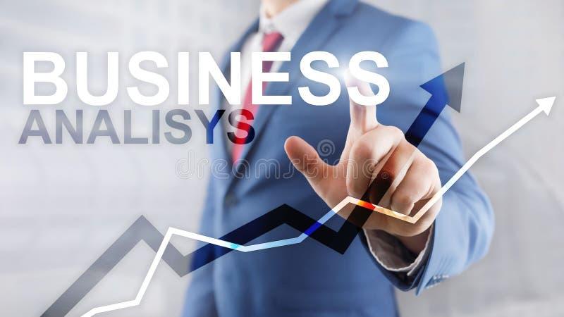 Biznesowej analizy wykresy na wirtualnym ekranie i diagramy Pieni??ny i technologia poj?cie z zamazanym t?em obraz stock