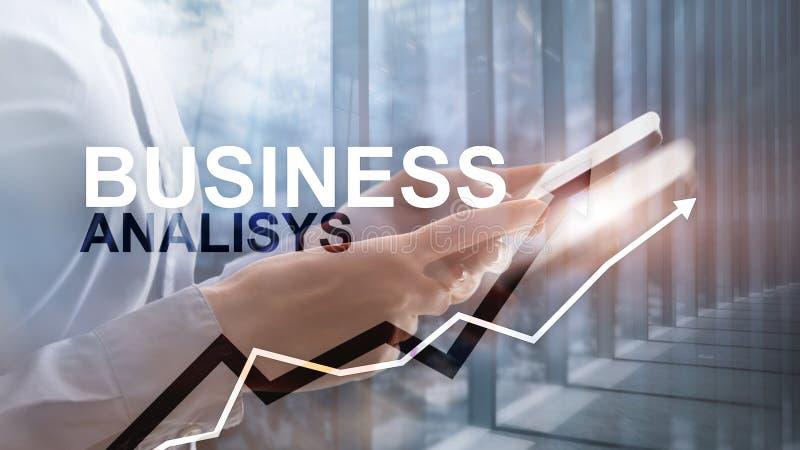 Biznesowej analizy wykresy na wirtualnym ekranie i diagramy Pieni??ny i technologia poj?cie z zamazanym t?em zdjęcie stock