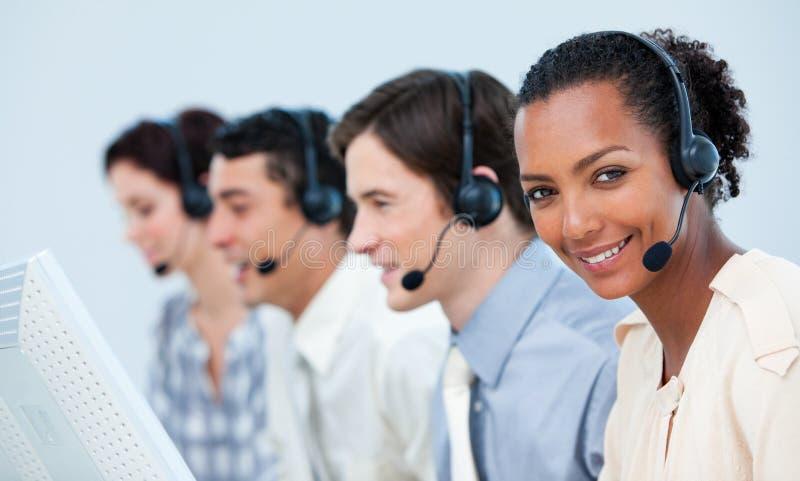 biznesowej etnicznej słuchawki wielo- ludzie używać obraz stock