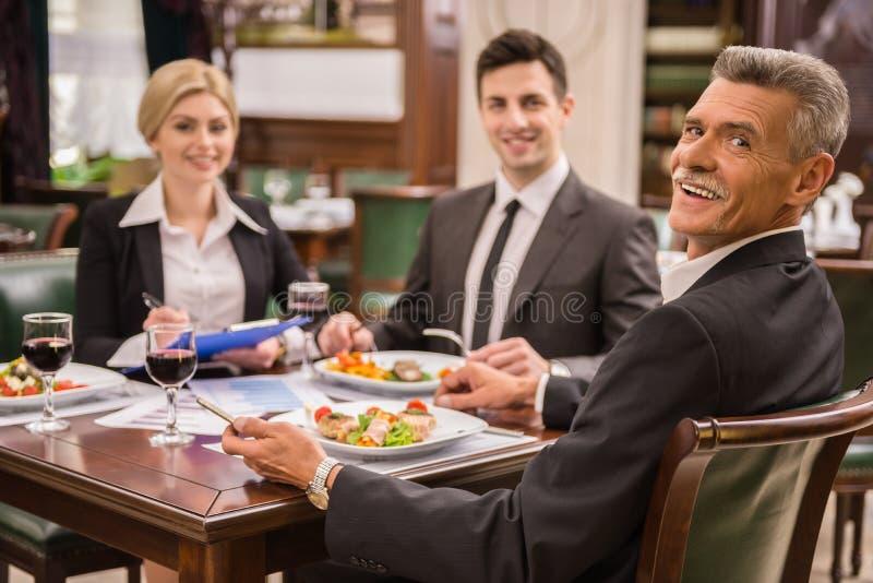 biznesowej filiżanki przydatny emisyjny lunch otwierał fotografia royalty free