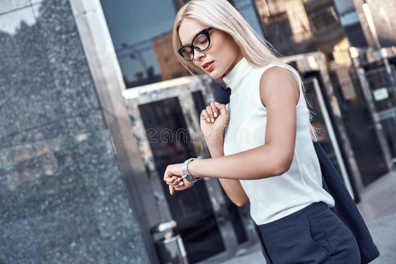 Biznesowej kobiety blondyny w szkłach śpieszy spotkanie obrazy stock