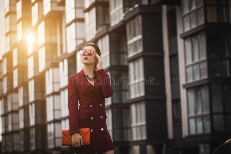 Biznesowej kobiety chodzący outside w mieście obraz stock