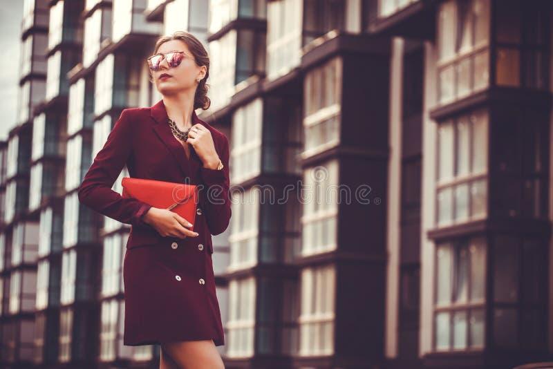 Biznesowej kobiety chodzący outside w mieście fotografia royalty free