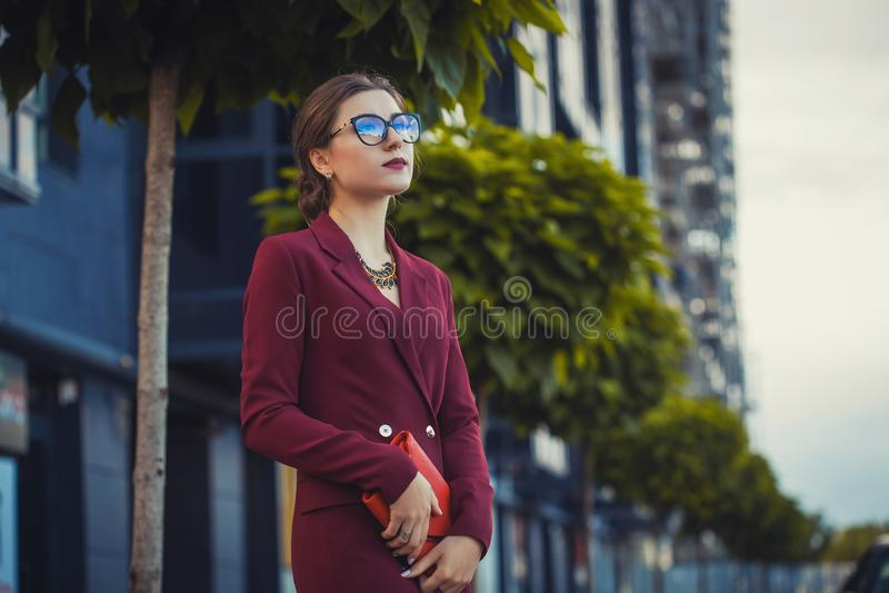 Biznesowej kobiety chodzący outside w mieście obrazy royalty free