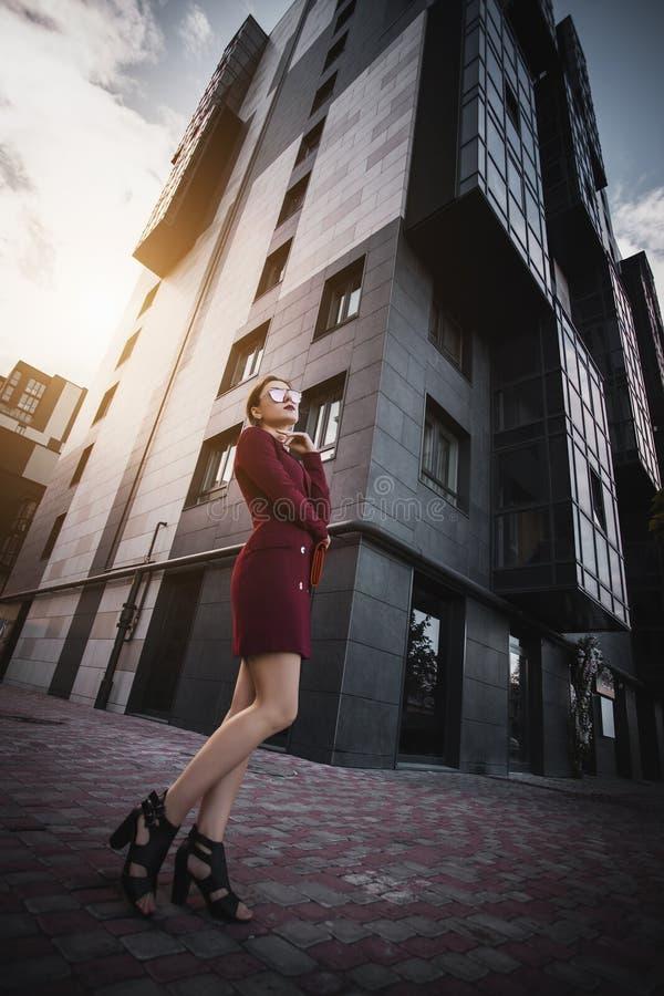 Biznesowej kobiety chodzący outside w mieście fotografia stock