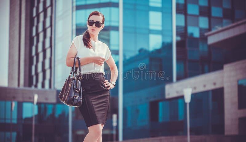 Biznesowej kobiety chodzący outside w mieście zdjęcia stock