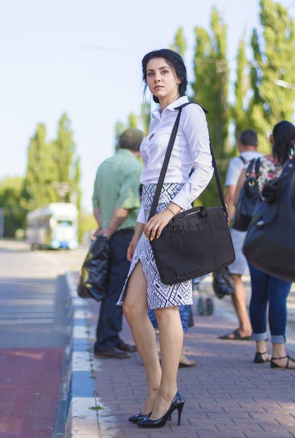 Biznesowej kobiety czekanie dla tramwaju obraz stock