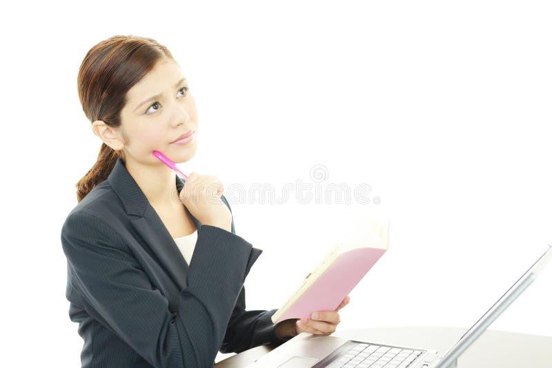 Biznesowej kobiety główkowanie obrazy stock