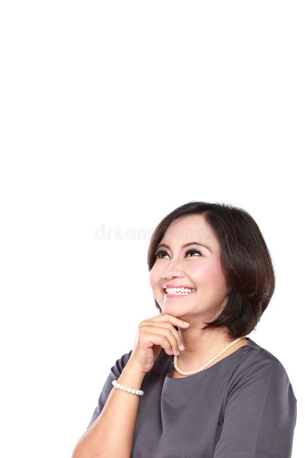 Biznesowej kobiety główkowanie i przyglądający up fotografia royalty free