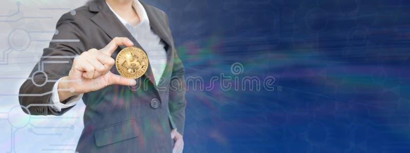 Biznesowej kobiety mienia bitcoin z wykresu tłem obrazy stock
