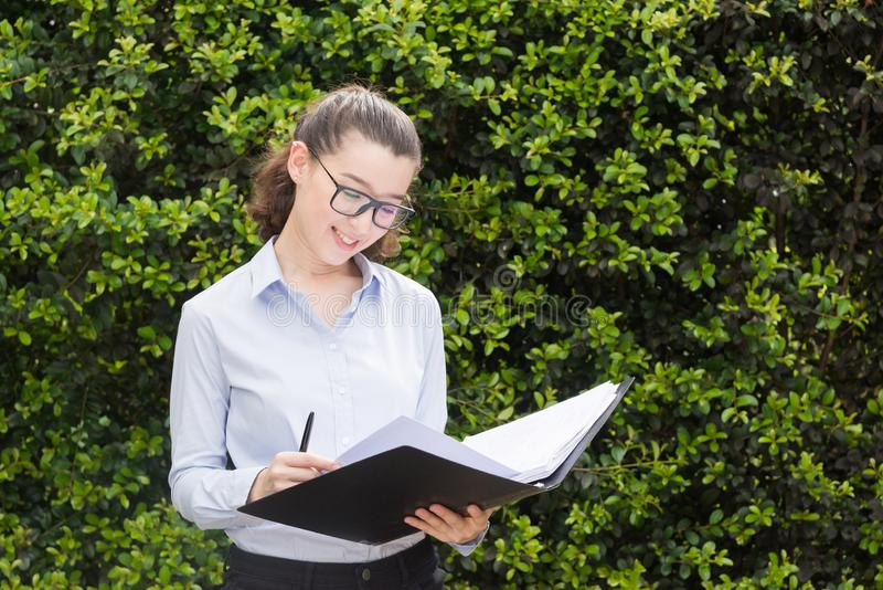 Biznesowej kobiety mienia dokument w ona r?ki M?ody ?adny nauczyciel sprawdza test fotografia royalty free