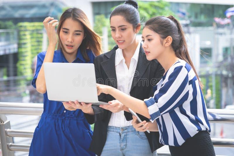 Biznesowej kobiety mienia laptop dla onlinego marketing drużyny pojęcia fotografia stock