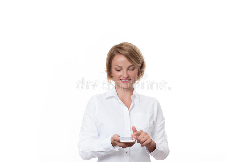 Biznesowej kobiety mienia smartphone na białym tle zdjęcie stock