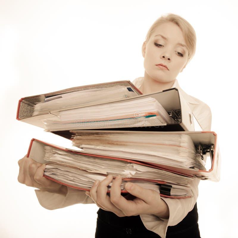 Biznesowej kobiety mienia sterta falcówka dokumenty obraz stock