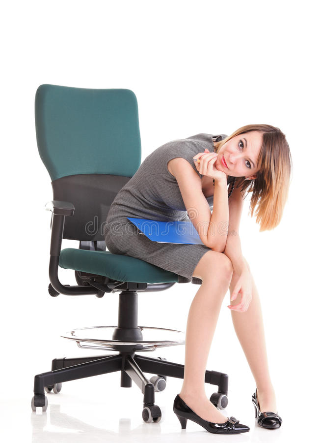 Biznesowej kobiety obsiadanie męczący z jej schowkiem   zdjęcie royalty free