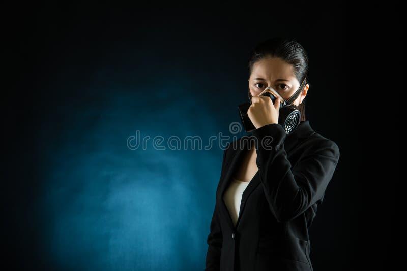 Biznesowej kobiety odoru smród jest ubranym maskę gazową fotografia royalty free