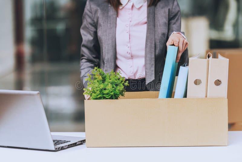 Biznesowej kobiety opakunków dokumenty zdjęcie stock