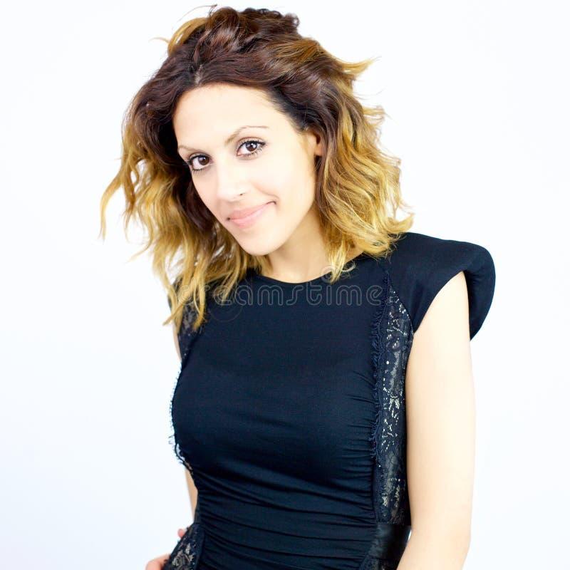 Biznesowej kobiety pozycja z pięknym smokingowym zbliżeniem fotografia stock