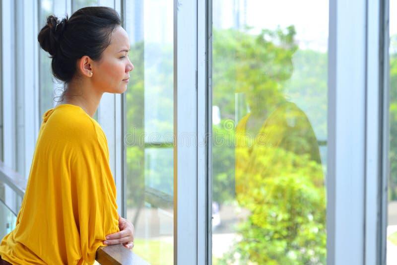 Biznesowej kobiety Przyglądający Outside zdjęcia royalty free