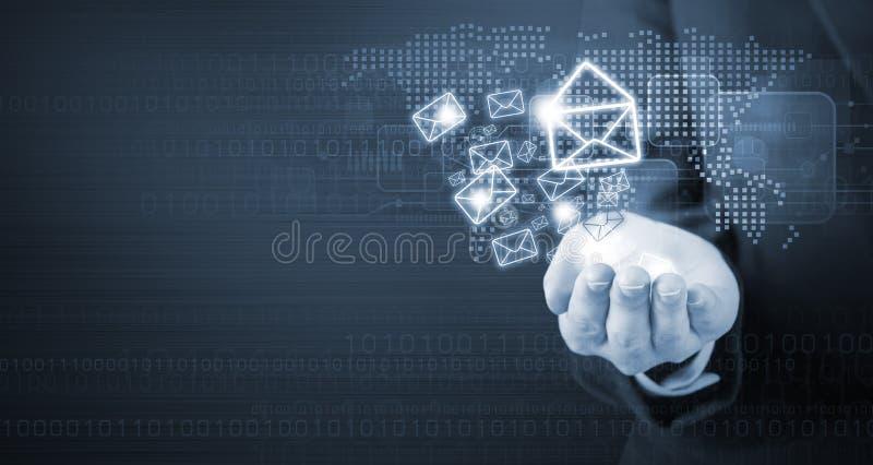 Biznesowej kobiety ręki mienia emaila marketing fotografia stock