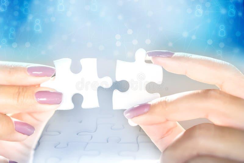 Biznesowej kobiety ręki mienia wyrzynarki łamigłówka z pracą zespołową ludzie sieci ikony obrazy stock