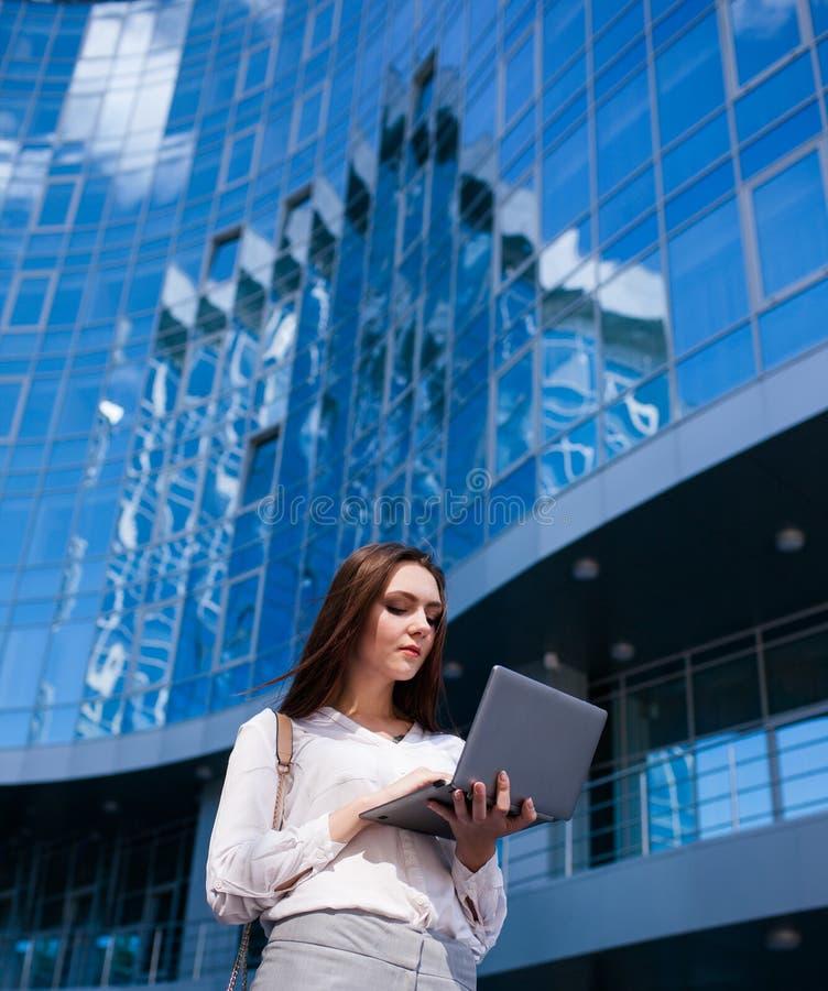 Biznesowej kobiety stylu życia laptopu plenerowa praca obrazy stock