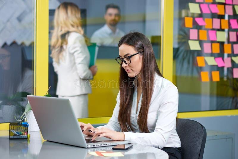 biznesowej laptopu kobiety pracujący potomstwa obraz stock