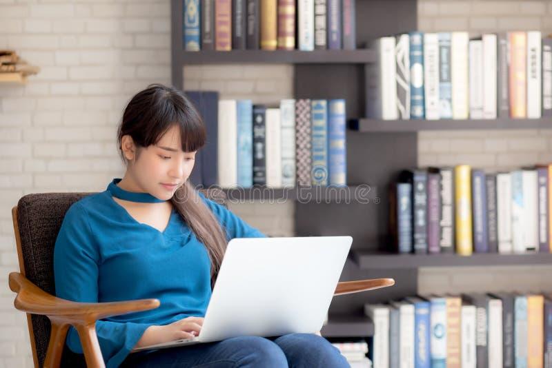 Biznesowej młodej azjatykciej kobiety freelance praca na pokazu laptopie na krześle, bizneswomanu czeka email fotografia royalty free