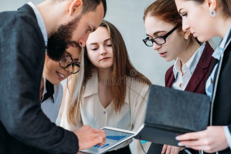 Biznesowej pracy zespołowej korporacyjny przyrost analizuje pastylkę zdjęcie royalty free